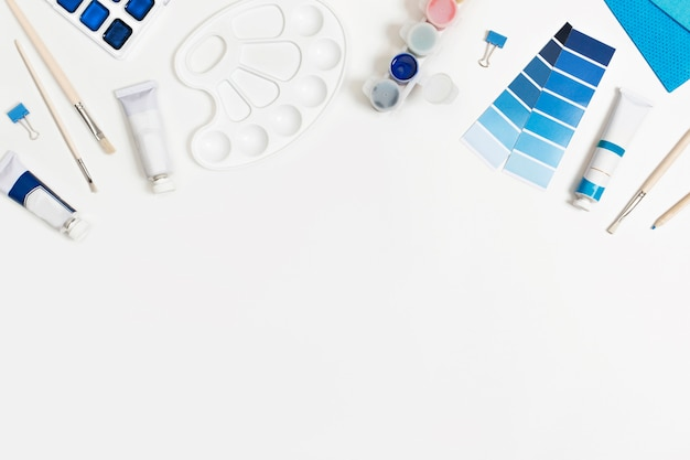 Klassieke blauwe verf en penselen witte achtergrond met ruimte voor tekst.