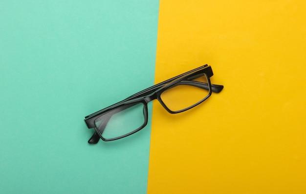 Klassieke bril op geelblauw.