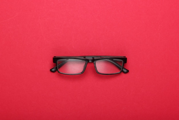 Klassieke bril op rood.