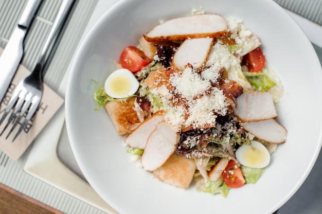 Klassieke caesar-salade die in de witte plaat wordt gediend