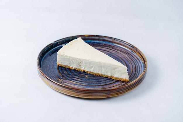 Klassieke cheesecake geserveerd op plaat