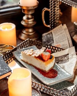 Klassieke cheesecake met aardbei op de tafel