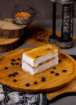 Klassieke cheesecake op tafel