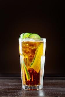 Klassieke cocktail op een donkere balk