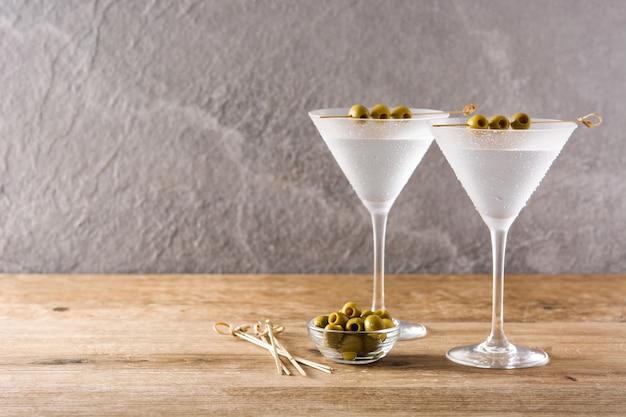 Klassieke droge drank met olijven