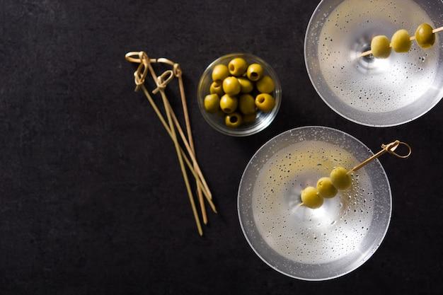Klassieke droge martini met olijven in glazen