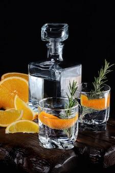 Klassieke dry gin met tonic en sinaasappelschil