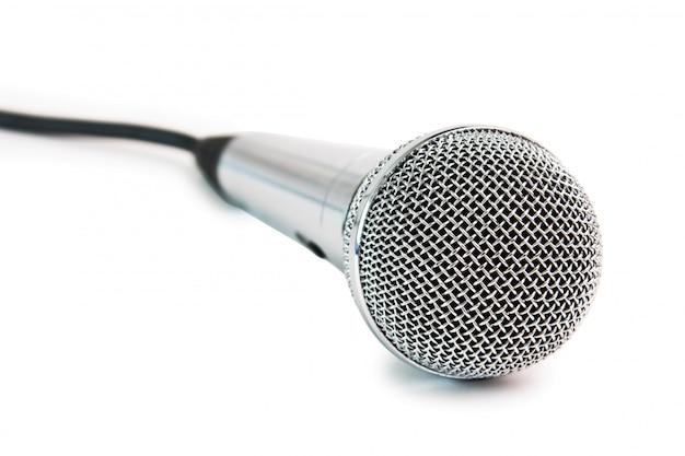 Klassieke dynamische microfoon die op wit wordt geïsoleerd