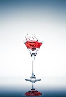 Klassieke eigentijdse cocktail met weergave op de spiegel