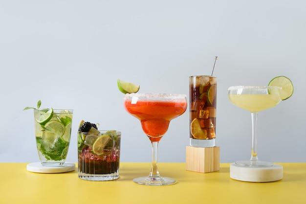 Klassieke en bramen mojito cuba libre margarita cocktail met limoen