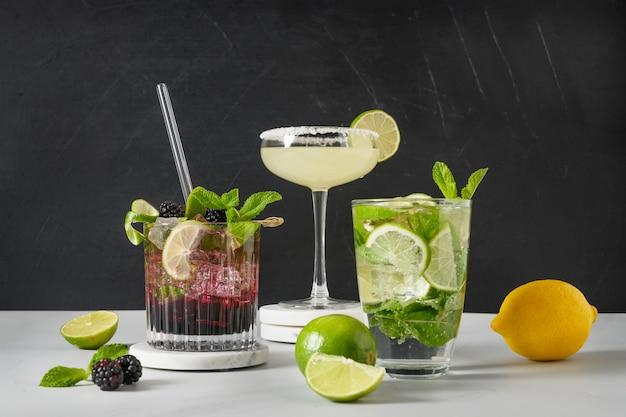 Klassieke en bramen mojito margarita cocktail met limoen
