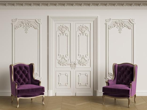 Klassieke fauteuils in klassiek interieur. muren met lijstwerk en versierde kroonlijst