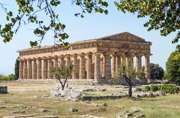 Klassieke griekse tempel bij ruïnes van oude stad paestum, italië