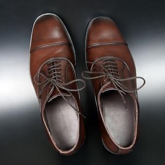 Klassieke heren bruine oxford schoenen op donkere achtergrond