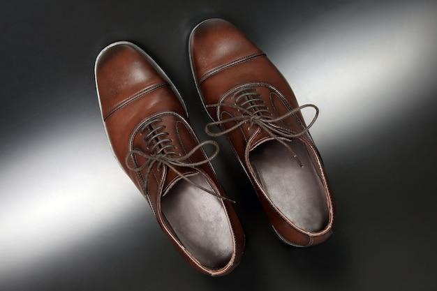 Klassieke heren bruine oxford-schoenen op donkere achtergrond