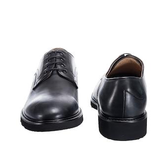 Klassieke herenschoenen met glanzend leer met veters geïsoleerd op een wit oppervlak, schoenaccessoire