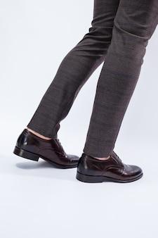 Klassieke herenschoenen met natuurlijk leer, herenschoenen onder een klassiek pak. hoge kwaliteit foto