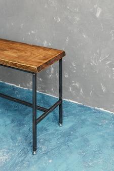 Klassieke houten tafel gebouwd uit meubelfabriek met ruwe en originele premium houtsnede
