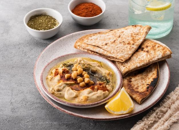 Klassieke hummus met kikkererwten, paprika, olijfolie en oosterse kruiden. mediterrane populaire snack van kikkererwten en tahinipasta.