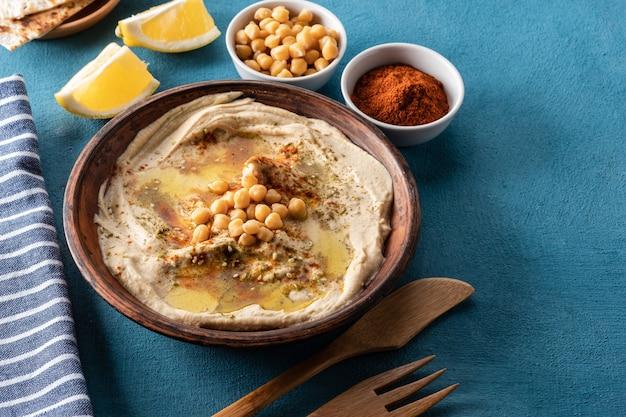 Klassieke hummus met kikkererwten, paprika, olijfolie en oosterse kruiden