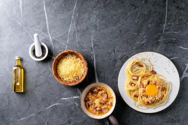 Klassieke italiaanse alla-carbonara van spaghettideegwaren
