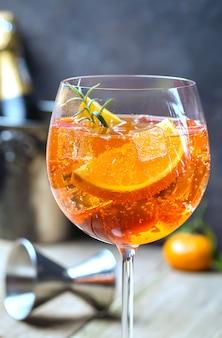 Klassieke italiaanse aperol spritz cocktail in glas op houten tafel