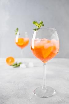 Klassieke italiaanse aperol spritz cocktail op licht.