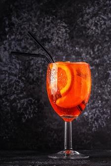 Klassieke italiaanse aperol spritz-cocktail, selectieve aandacht.