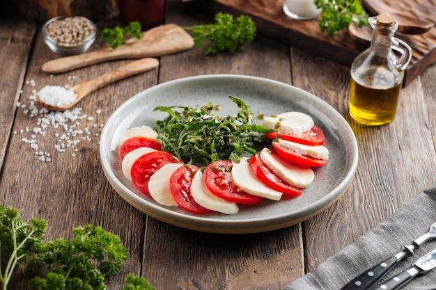 Klassieke italiaanse caprese salade op de houten tafel