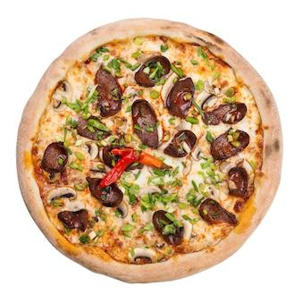 Klassieke italiaanse pizza met salami, kaas en hete pepers. verse smaakvolle pizza, geïsoleerd op een witte achtergrond.