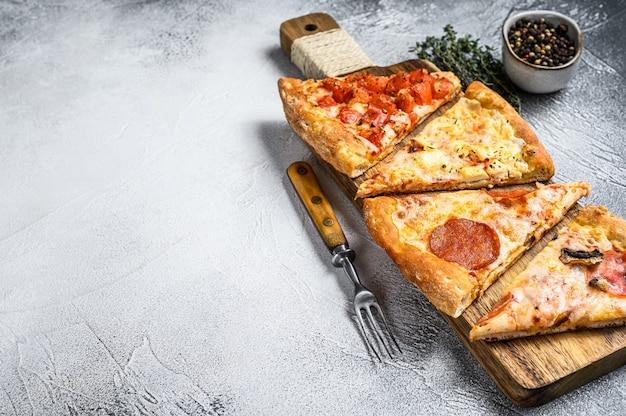 Klassieke italiaanse pizza op een houten snijplank