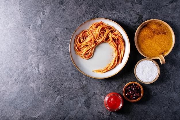 Klassieke italiaanse spaghetti ansjovis pasta