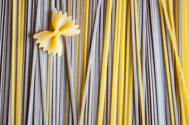 Klassieke italiaanse spaghetti, farfalle en aziatische soba op kraftpapier. voedsel concept.