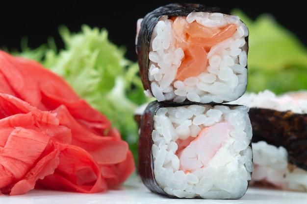 Klassieke japanse sushi rolt in close-up tegen een donkere achtergrond