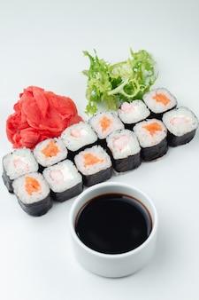 Klassieke japanse sushi rolt op een lichte achtergrond