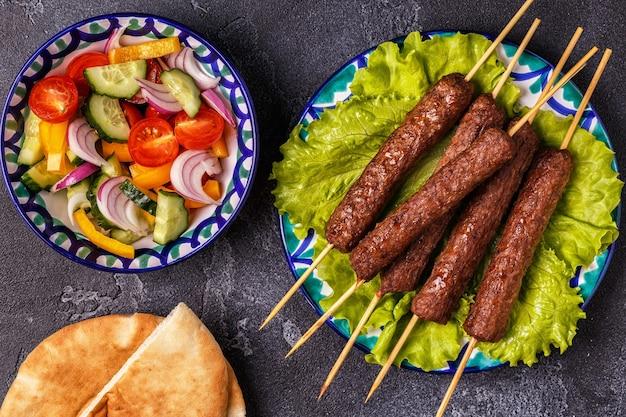 Klassieke kebab op de plaat. bovenaanzicht.
