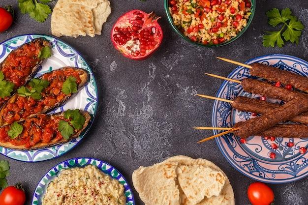 Klassieke kebabs, tabouleh-salade, baba ganush en gebakken aubergine met saus