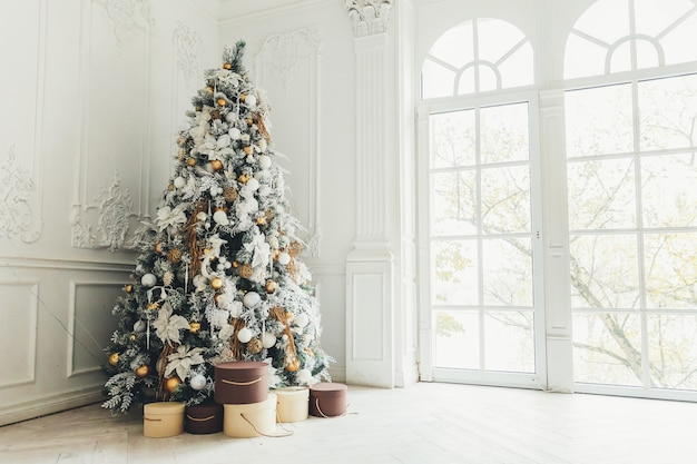 Klassieke kerst-nieuwjaar ingericht interieur kamer met nieuwe jaarboom