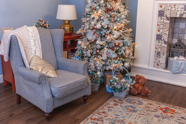 Klassieke kerst versierde interieur kamer