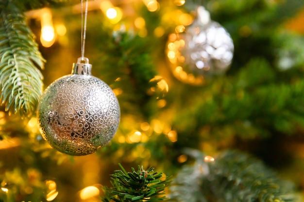 Klassieke kerst versierde nieuwjaarsboom kerstboom met witte en zilveren versieringen ornamenten ...
