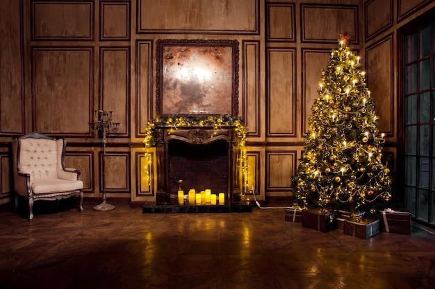 Klassieke kerstboom ingericht in grunge kamer interieur