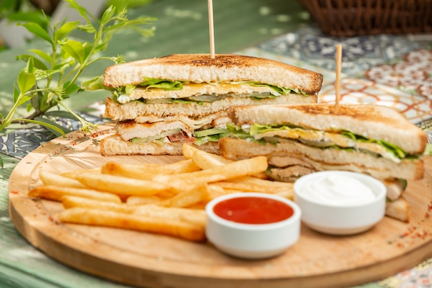 Klassieke kip club sandwich met frietjes