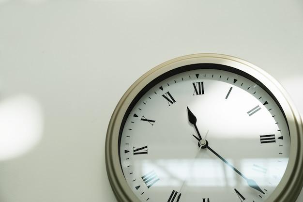 Klassieke klok op een witte muur