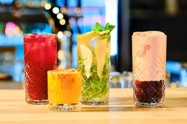 Klassieke koude cocktails - rum en cola, mojito en klaverclub