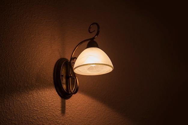 Klassieke lamp schijnt wit licht