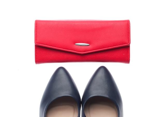 Klassieke lederen schoenen met hoge hakken, portemonnee geïsoleerd op een witte achtergrond. accessoires voor dames