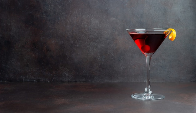 Klassieke manhattan-cocktail. alcoholische dranken. bar. restaurant.