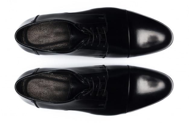 Klassieke mannelijke lederen schoenen geïsoleerd op een witte, bovenaanzicht.