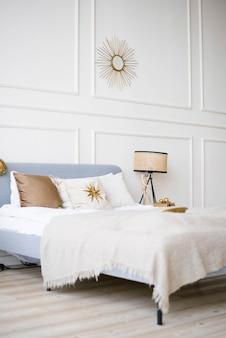 Klassieke moderne slaapkamer met een bed in felle kleuren