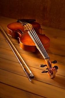 Klassieke muziekvioolwijnoogst op houten achtergrond